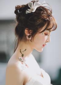 你是春日里和煦的风吹下戴樱花瓣的少女