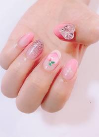 一组粉嫩可爱的小桃子卡通美甲
