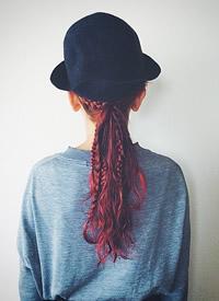 漂亮的编发配上一顶帅气的帽子,也不错哦