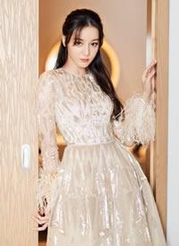 迪丽热巴一袭奶茶色镶钻长裙尽显优雅美丽