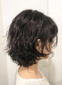 一组女生温柔可爱的短发碎花卷发