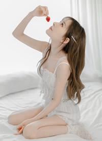 白皙美女蕾丝吊带性感诱人写真图片