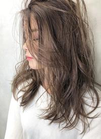 一组迷人的发型和美丽的侧颜
