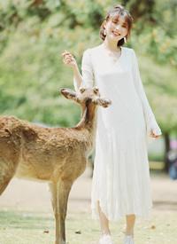 一组可爱女生与小鹿的写真图片欣赏