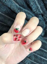 一组甜甜的女生小草莓美甲图片欣赏