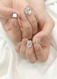 换上一款闪亮迷人的钻石美甲,做最耀眼的小仙女