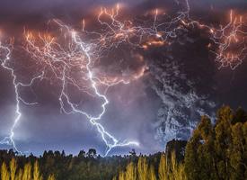 雨季的闪电看起来也别有一番韵味