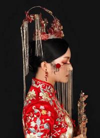 摇摆鎏金头饰红绣球,妆容温婉,搭配裙褂