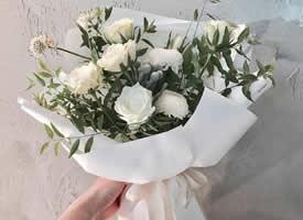 一组纯白色包装少女心花束图片欣赏