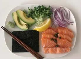 一組三文魚搭配蔬菜的料理圖片圖片
