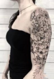 大臂素花紋身  9款女士的大臂黑灰花朵植物紋身圖案