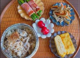 一组丰盛的早餐哦,别亏待自己的胃