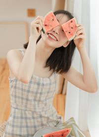 小清新美少女格纹吊带裙写真图片