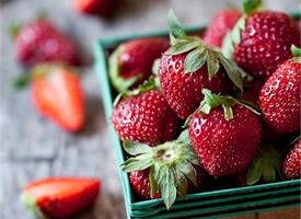 一组一个个红润又新鲜的草莓图片