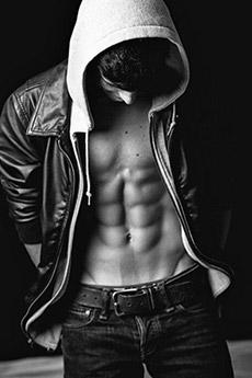 欧美腹肌小帅哥黑白照片
