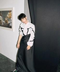羅云熙俊朗時尚雜志寫真圖片