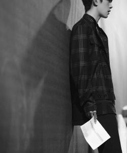 TFBOYS易烊千璽黑白帥氣寫真圖片