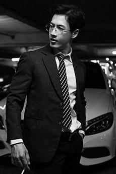 戴眼镜的西装肌肉帅哥图片