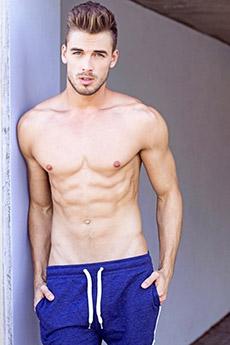 欧美男模Dima Gornovskyi蓝色短裤写真图片
