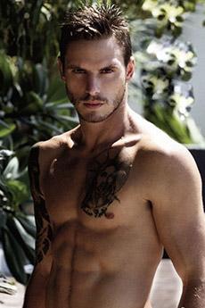 欧美帅哥胸口耶稣纹身图片