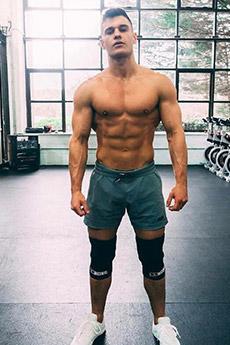 欧美短发帅哥健身房秀肌肉图片