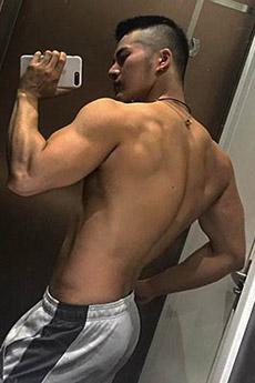 肌肉帅哥背影照片