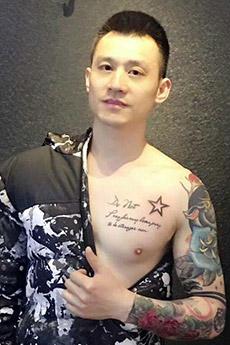 中国帅哥纹身花臂照片