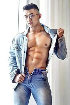 一身牛仔装的性感亚洲肌肉眼镜帅哥照片