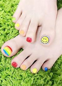 一组五彩缤纷的彩虹美甲图片欣赏