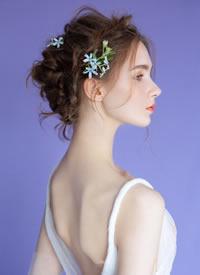 穿堂风掀起的发丝,流火一般娇艳的花