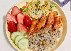 一組水果與蔬菜搭配的低脂營養早餐