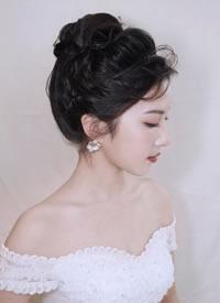 飘逸的发丝充满了青春活力的新娘发型
