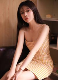 黄色格子裙美女吊带性感私房写真