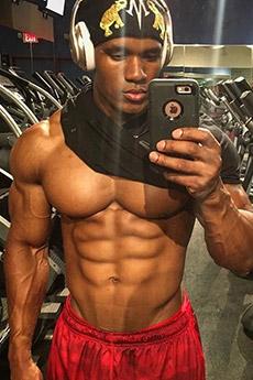 欧美八块腹肌男生健身房自拍照片