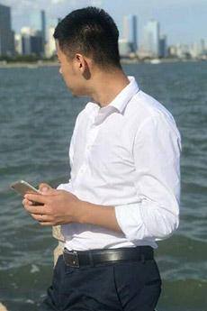 穿白衬衫帅哥海边生活照图片
