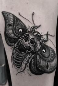 暗黑school风格的骷髅飞蛾纹身图片