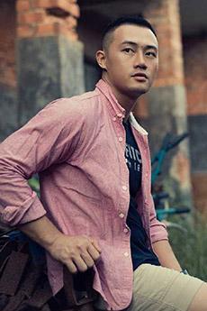 民间帅哥衬衫粉红色的照片