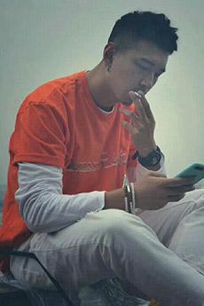 年輕民間帥哥抽煙圖片