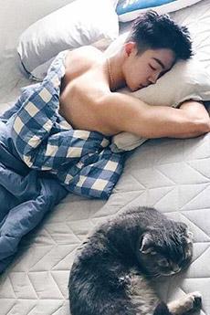 性感小鲜肉帅哥和猫合照图片
