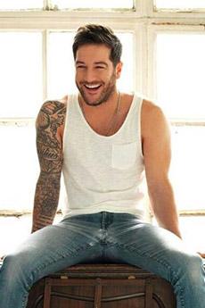 笑容迷人的欧美风纹身帅哥照片