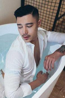 白衬衫的帅哥浴室艺术图片
