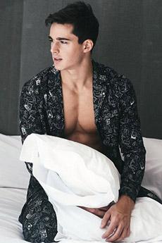 欧美超性感男模床上睡衣写真照片