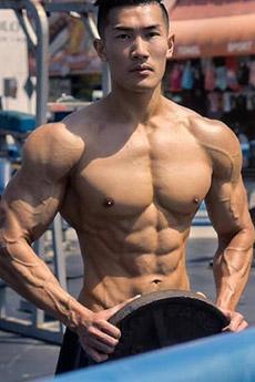 身材迷人的肌肉健身型男健身房照片