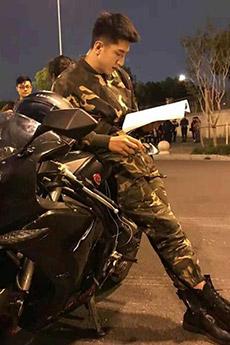 90后摩托车小帅哥照片