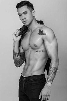 有紋身的帥哥肌肉照片