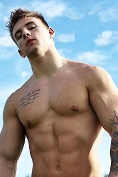 肌肉帥哥胸口紋身圖片