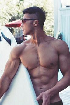 肌肉男模帅哥海边高清照片