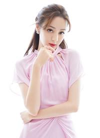 迪丽热巴身着一袭糖果粉色仙女裙亮相活动