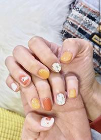 可可愛愛的短指甲彩色水磨石美甲圖片