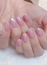 一组浅粉色日系少女感美甲图片